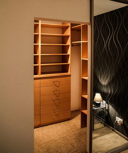Dressing dans une pièce attenante, pour un espace rangement dédié, par les équipes Vallon Faure