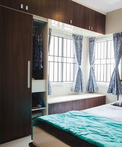 Dressing avec banquette intégrée pour créer une espace supplémentaire, des dressings sur mesure chez Vallon Faure