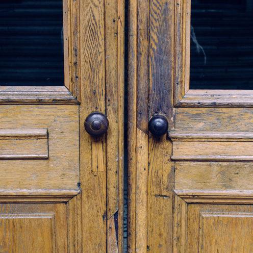 Porte ancienne que peut réaliser ou restaurer un ébéniste, selon ses savoirs faire, retrouvez nos ébénistes Vallon Faure