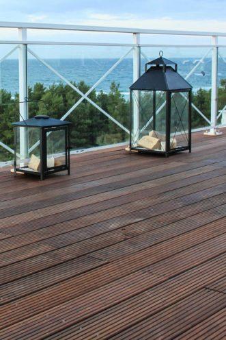 Terrasse en bois foncé par Vallon Faure
