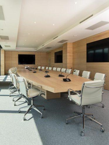 Salle de réunion avec mobilier bois par Vallon Faure Menuiserie