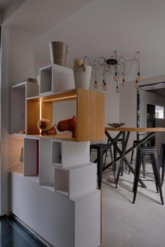 Bibliothèque de séparation entre l'entrée et la salle à manger