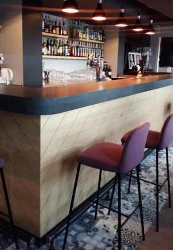 Délimiter les espaces avec les comptoirs de bar par Vallon Faure