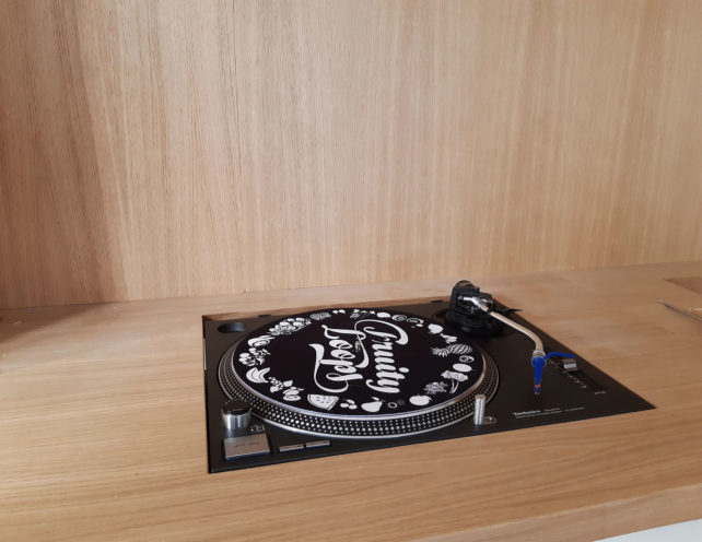 Intégration de platine vinyle à un meuble en bois