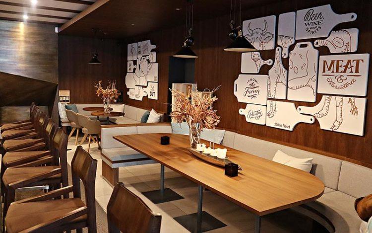 Banquette en bois dans un restaurant par Vallon Faure