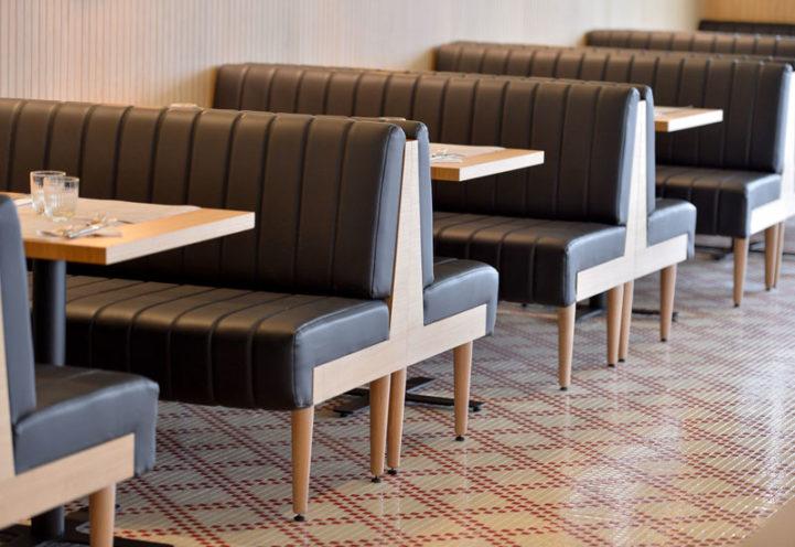 A la une, séparer les espaces avec les banquettes en bois par Vallon Faure