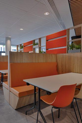 Banquette en bois attenante à une bibliothèque par Vallon Faure