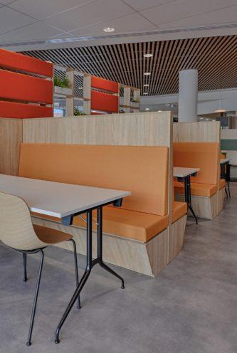 Banquette en bois dans un espace restauration en entreprise par Vallon Faure