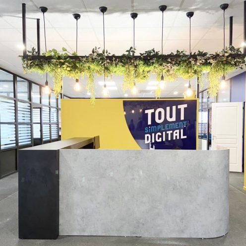 Rétrospective projets 2020 banque d'accueil en bois sur-mesure pour l'agence Tout simplement Digital par Vallon Faure