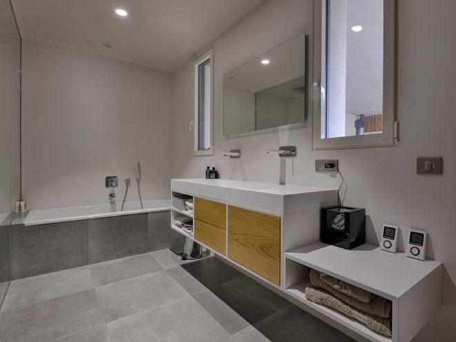 Agencement bois dans la salle de bain pour particulier par Vallon Faure