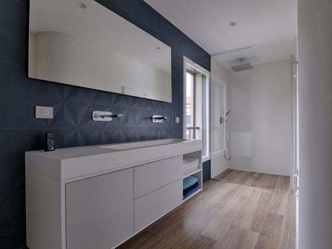 Agencement salle de bain avec du mobilier en bois peint par Vallon Faure