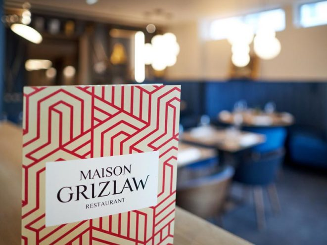 Rétrospective projets 2020 agencement de la maison Grizlaw avec le comptoir de bar et la bibliothèque cave à vin par Vallon Faure