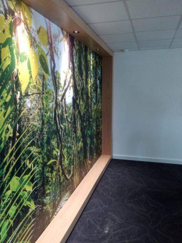 Encadrement mural en bois avec éclairage intégré, un projet en cours par Vallon Faure