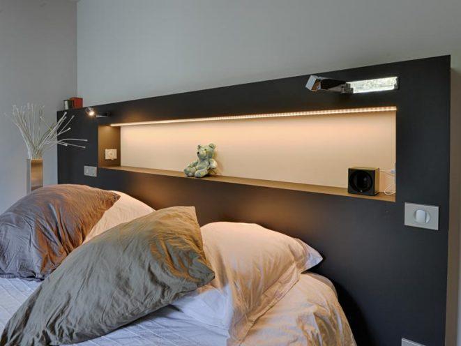 Tête de lit en bois sur-mesure dans un agencement de chambre par Vallon Faure