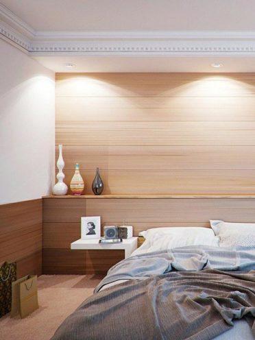 Habillage mural en bois en tête de lit dans une chambre