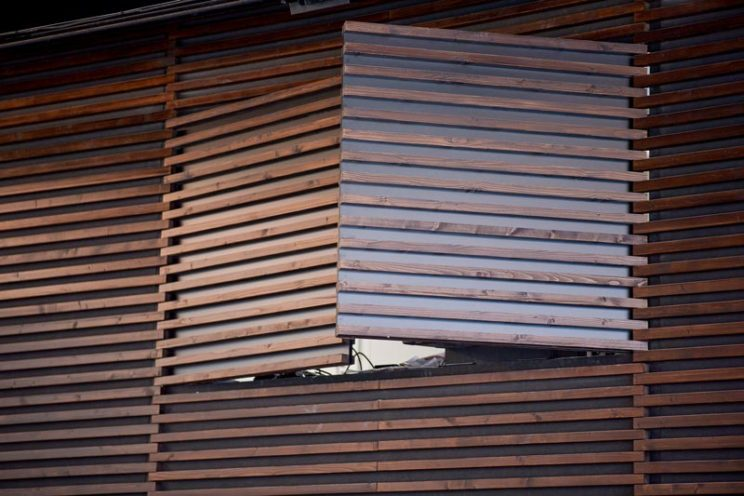 Menuiserie intérieure : fenêtre dérobée dans un habillage mural par Vallon Faure