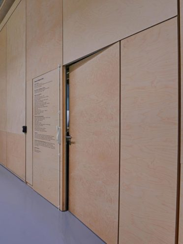 Menuiserie intérieure : les portes dérobées dans les habillages muraux par Vallon Faure