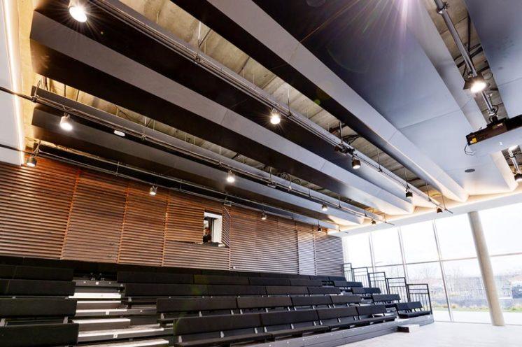Salle de conférence avec des solutions acoustique bois par Vallon Faure