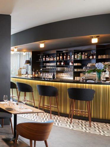 Comptoir de bar en bois rond, choisir la forme de son mobilier en bois par Vallon Faure