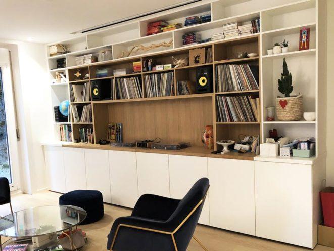 Bibliothèque-vinylothèque sur-mesure en bois par Vallon Faure