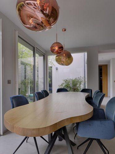 Table à la forme peu conventionnelle fabriquée par Vallon Faure