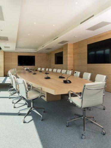 Agencement d'une salle de réunion avec du mobilier bois sur-mesure par Vallon Faure