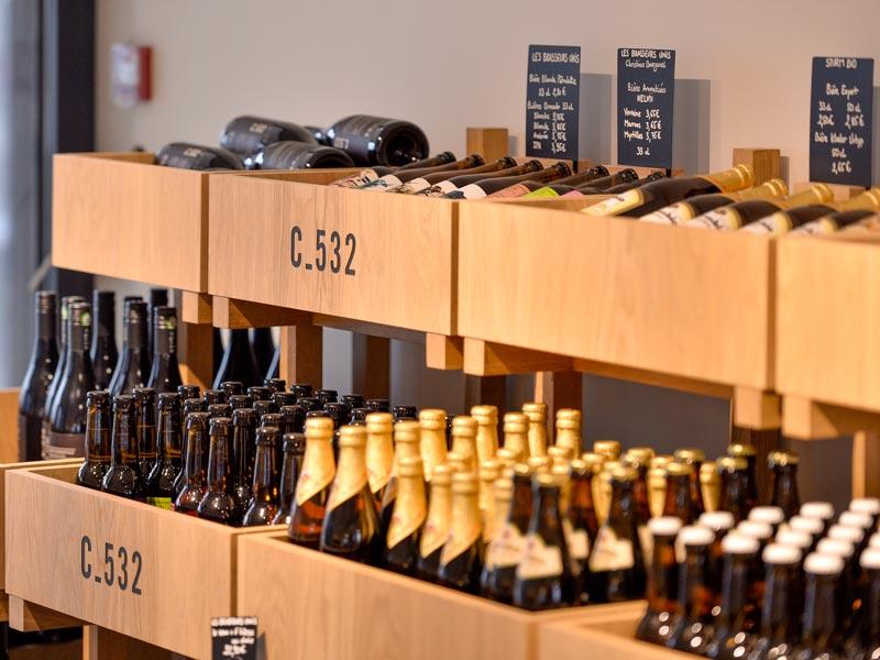 Présentoir bouteille de vin en bois sur-mesure fabriqué par Vallon Faure pour le Comptoir 532