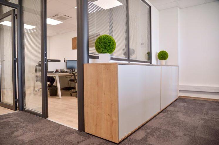 Buffet en bois sur-mesure l'agencement des bureaux Visiance en partenariat avec Global Concept