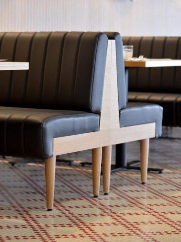 Banquette en bois une fabrication sur-mesure par Vallon Faure pour l'agencement d'un restaurant