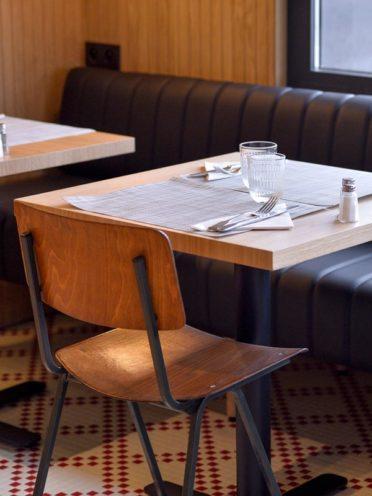 Chaise en bois dans un restaurant à Valence