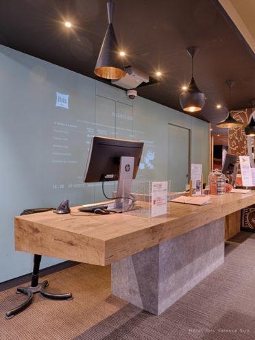 Plan de travail en bois fabriqué sur mesure pour la réception de l'hôtel Valence Ibis Sud