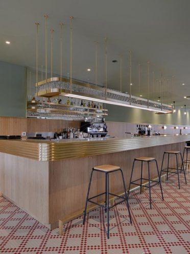 Comptoir de bar en bois pour un restaurant , fabriqué par Vallon Faure