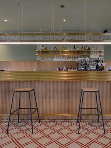 Tabouret de bar en bois pour l'agencement d'un restaurant par Vallon Faure
