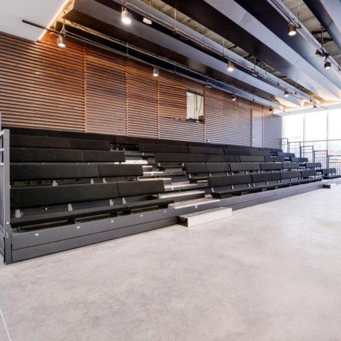 Quel mobilier choisir pour l'agencement des lieux culturels ? Un exemple d'estrade en bois fabriquée par Vallon Faure