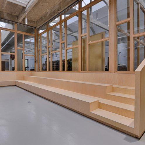 Estrade en bois dans un musée, quel mobilier choisir pour l'agencement des lieux culturels ? par Vallon Faure