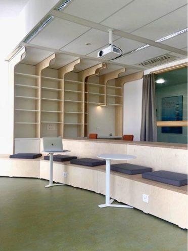 Estrade en bois sur-mesure, du mobilier pour l'agencement des lieux culturels