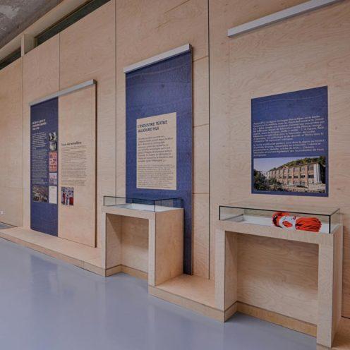 Support de présentation en habillage mural bois par Vallon Faure