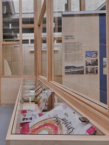 Présentoir de documentation en bois pour l'agencement des lieux culturels par Vallon Faure